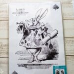 セリアパトロール♪不思議の国のアリスのメルヘン&シックなポスターや雑貨。ポスターの飾り方の実例も♪